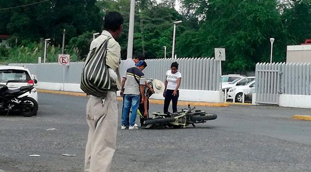Pareja de motociclistas lesionada en choque en Cerro Azul