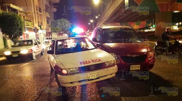 Taxi colisiona en Poza Rica por querer ganar el paso