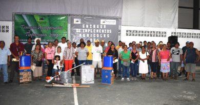 Alcaldesa de Tlapacoyan y ediles entregan apoyos agrícolas a productores del campo