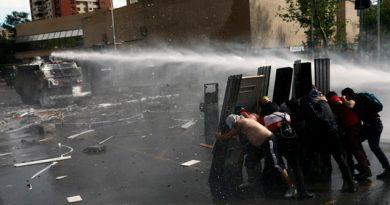 Ante violencia en Chile, Piñera baja sueldos