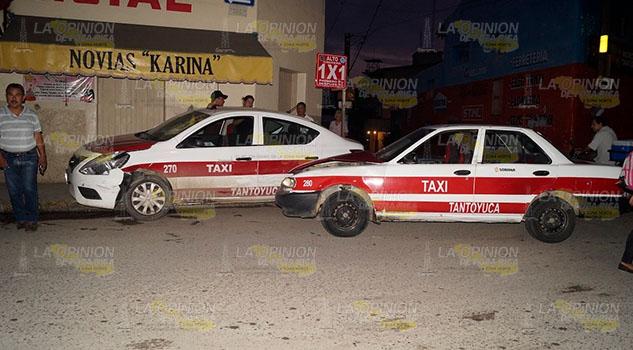 Aparatoso encontronazo entre dos taxis en Tantoyuca