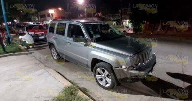 Chocan en la avenida 20 de noviembre de Poza Rica, taxi queda destrozado
