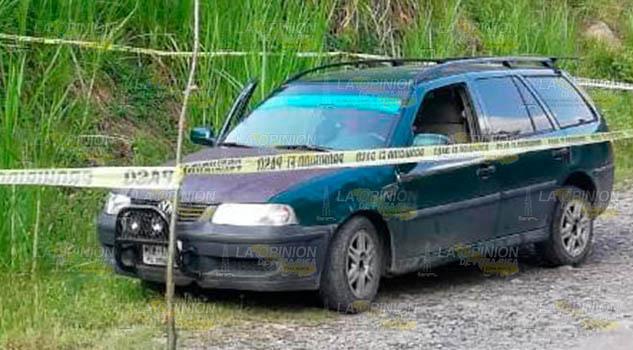 Localizan a una persona muerta adentro de un automóvil en Ixcatlán