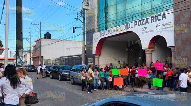 Padres de familia de Tihuatlán, se plantan en la SEV Poza Rica