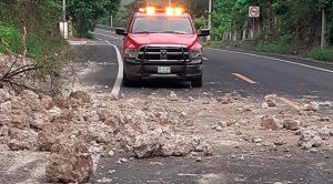 Se cae pedazo de un cerro en la carretera Papantla - Poza Rica