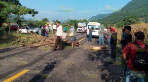 Taxistas de Xochiatipan y Benito Juárez bloquean carretera entre Veracruz e Hidalgo