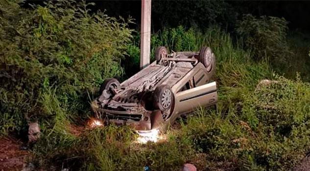 Vuelca auto por supuesto exceso de velocidad en la localidad Molango
