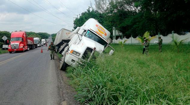 Vuelca tráiler para evitar tragedia en la carretera Tuxpan - Tampico