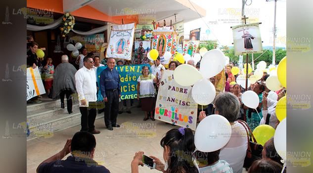 Dan la bienvenida a nuevo Párroco en Cerro Azul - La Opinión