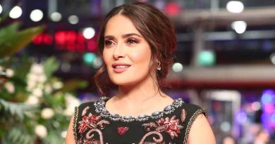 Salma Hayek posa en redes sin filtros ni maquillaje