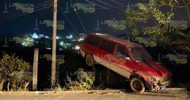 ¡Camioneta queda sobre los tirantes de un poste de luz!