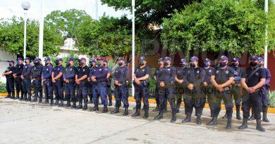 Entrega alcalde de Naranjos uniformes y calzado a policías municipales