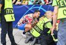 Cristiano Ronaldo llega con la puntería fina a la Champions e impacta a una guardia durante el calentamiento