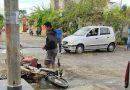 Embisten a motociclista «El Pachis», se lesiona la pierna