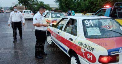 Coatzintla, Ver. - Usuarios del transporte público que se desplazan de Coatzintla a Poza Rica, fueron sorprendidos por la movilización...